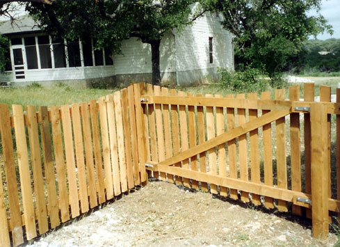 4 foot curved cedar fencw ith gate